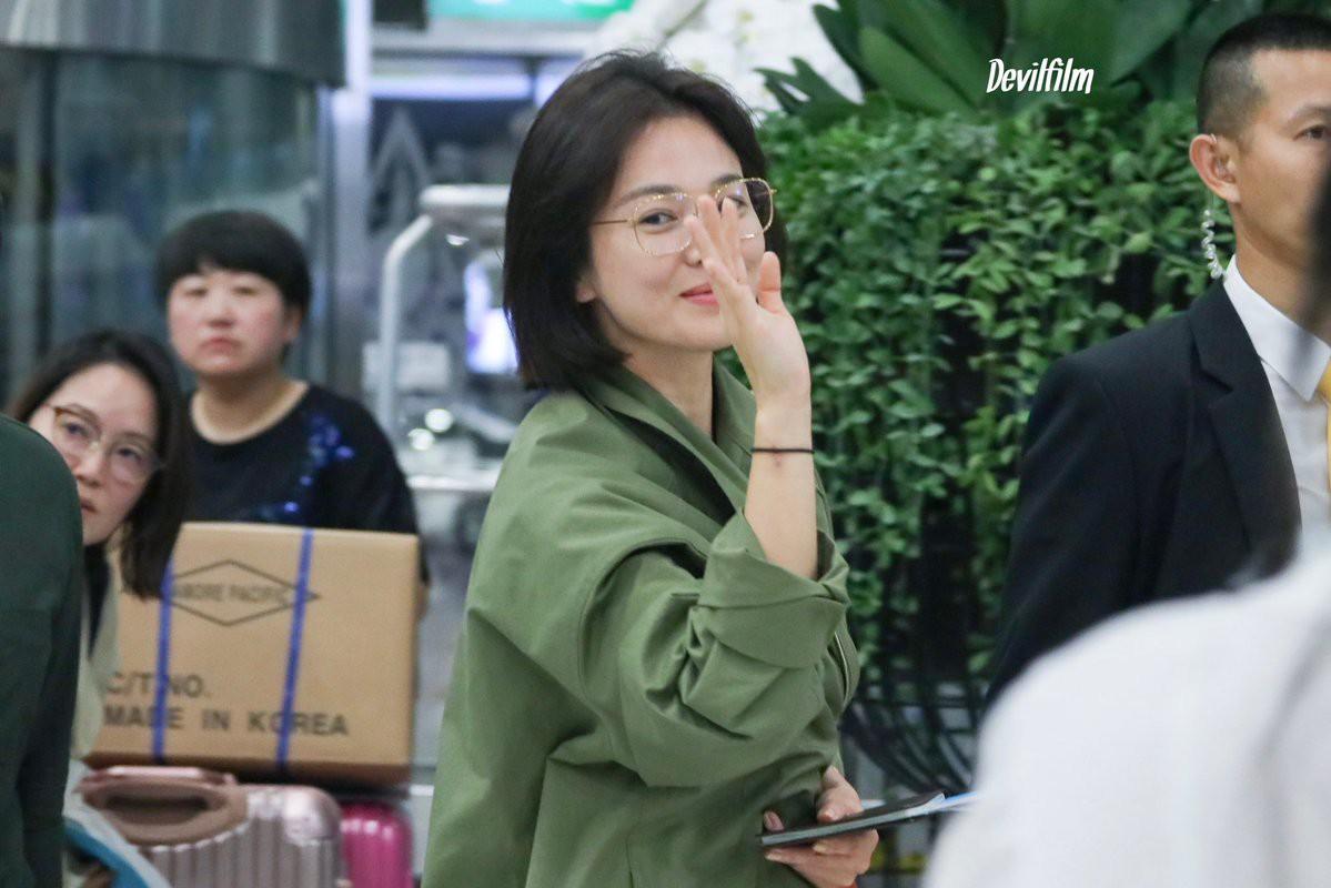 Sao nhí một thời Kim Yoo Jung quá xinh sau khi cắt tóc, Song Hye Kyo gây chú ý vì liên tục che bụng tại sân bay - Ảnh 4.