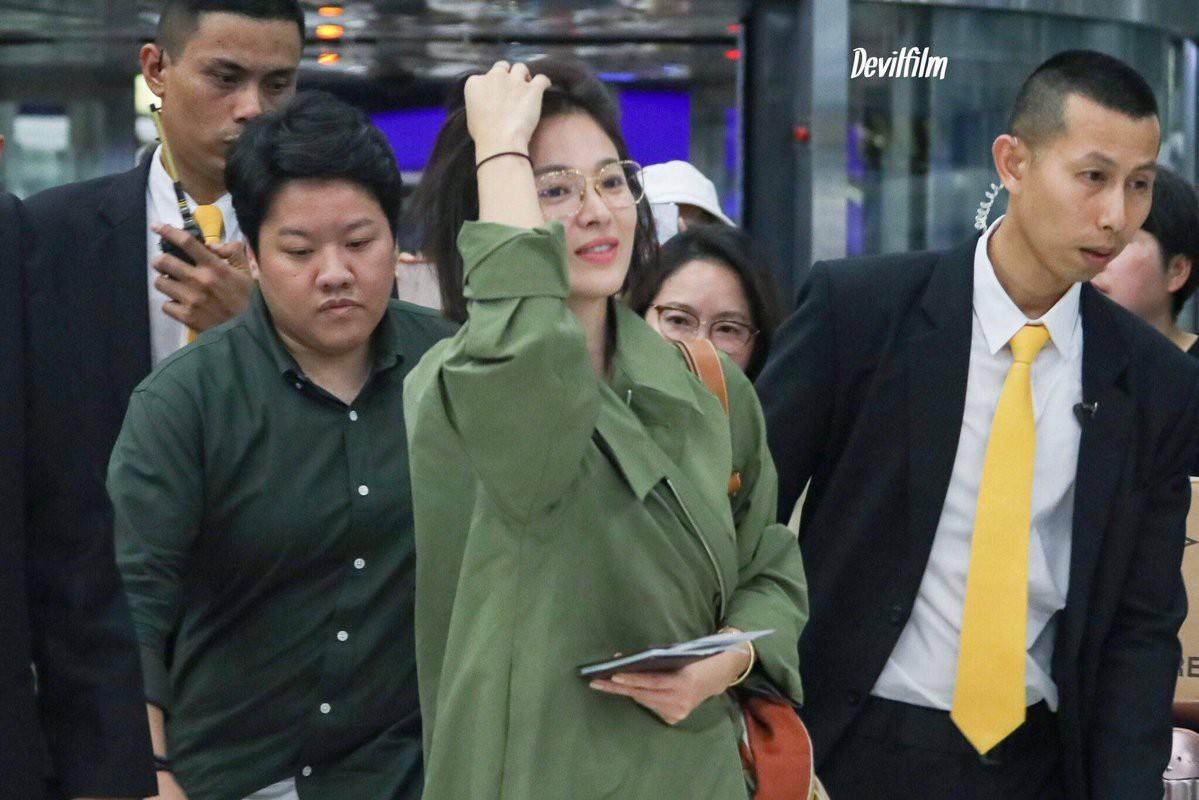 Sao nhí một thời Kim Yoo Jung quá xinh sau khi cắt tóc, Song Hye Kyo gây chú ý vì liên tục che bụng tại sân bay - Ảnh 1.