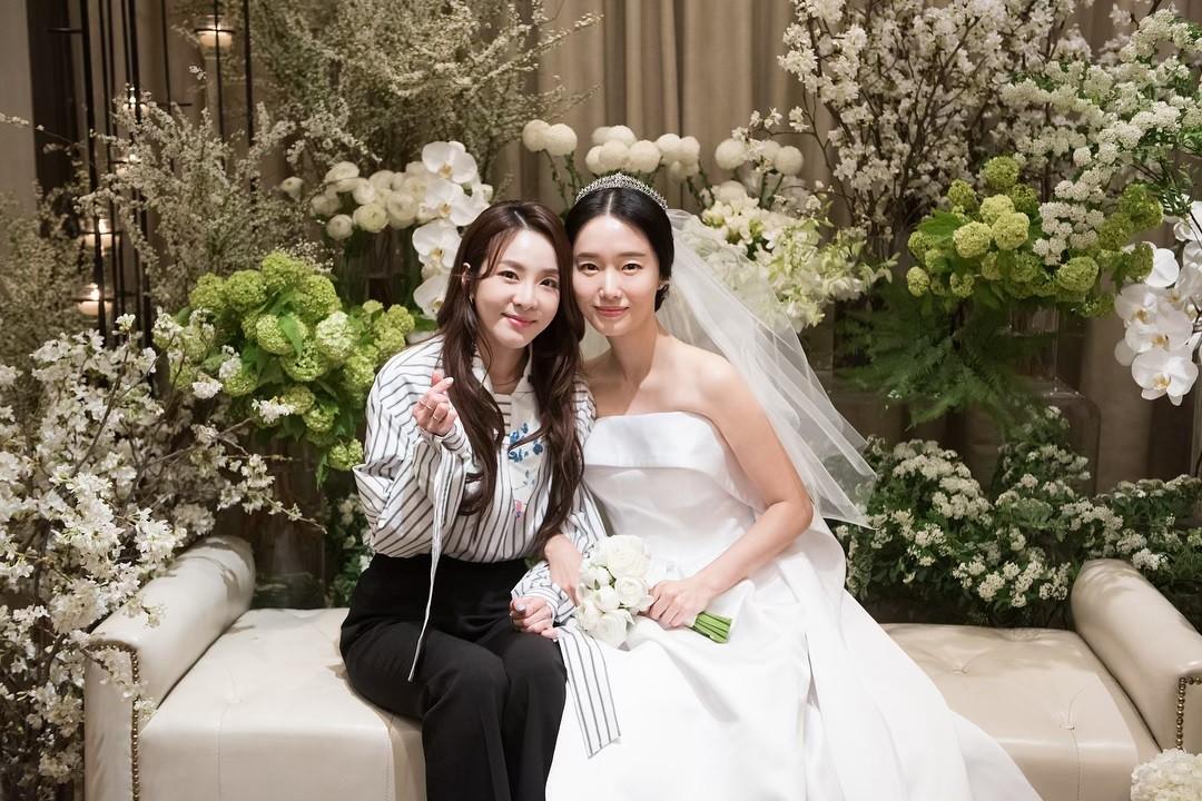 Bộ ảnh hậu trường cưới khủng nhất lịch sử Kbiz: Son Ye Jin và mỹ nhân Vườn sao băng đọ sắc, còn có cả idol nhà YG - Ảnh 8.