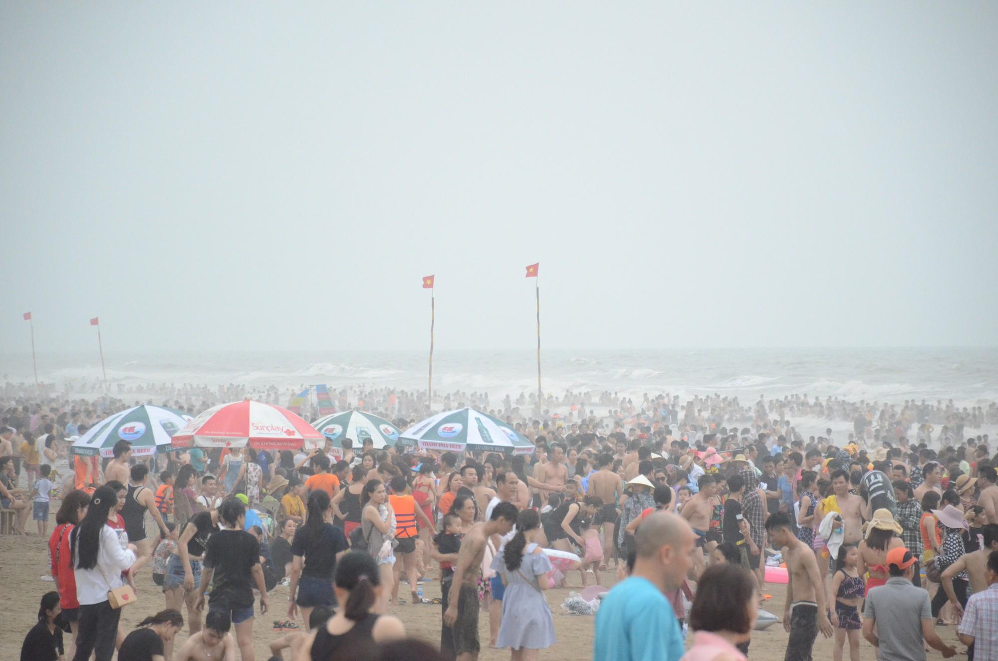 Ảnh: Biển Sầm Sơn đục ngầu, hàng vạn người vẫn chen chúc vui chơi