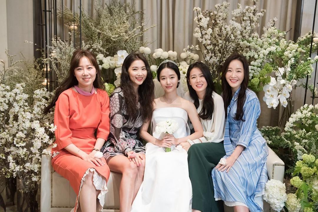 Bộ ảnh hậu trường cưới khủng nhất lịch sử Kbiz: Son Ye Jin và mỹ nhân Vườn sao băng đọ sắc, còn có cả idol nhà YG - Ảnh 1.