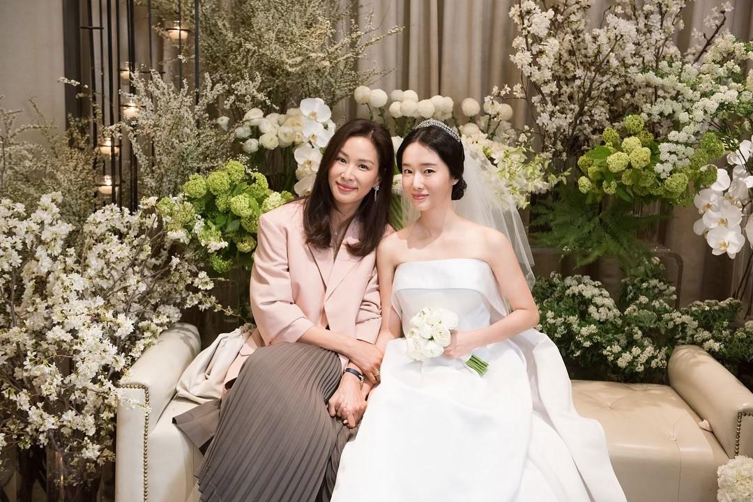 Bộ ảnh hậu trường cưới khủng nhất lịch sử Kbiz: Son Ye Jin và mỹ nhân Vườn sao băng đọ sắc, còn có cả idol nhà YG - Ảnh 5.