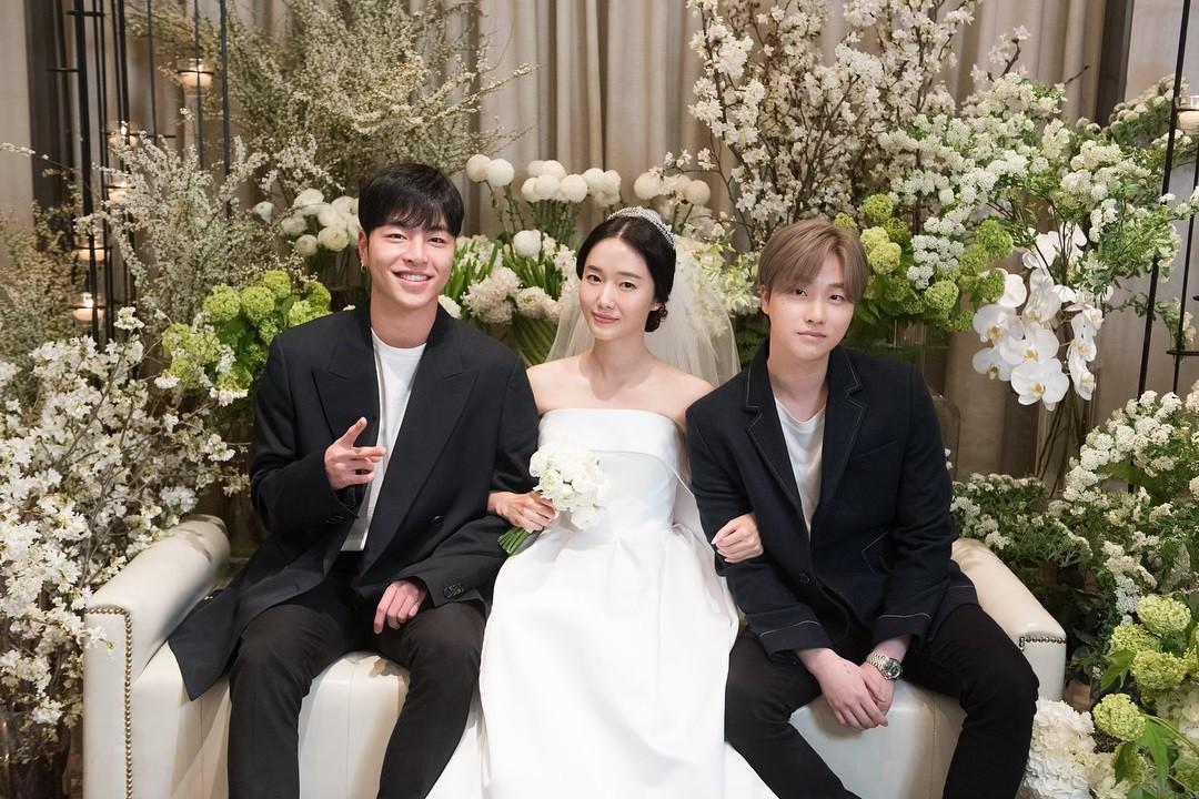 Bộ ảnh hậu trường cưới khủng nhất lịch sử Kbiz: Son Ye Jin và mỹ nhân Vườn sao băng đọ sắc, còn có cả idol nhà YG - Ảnh 9.