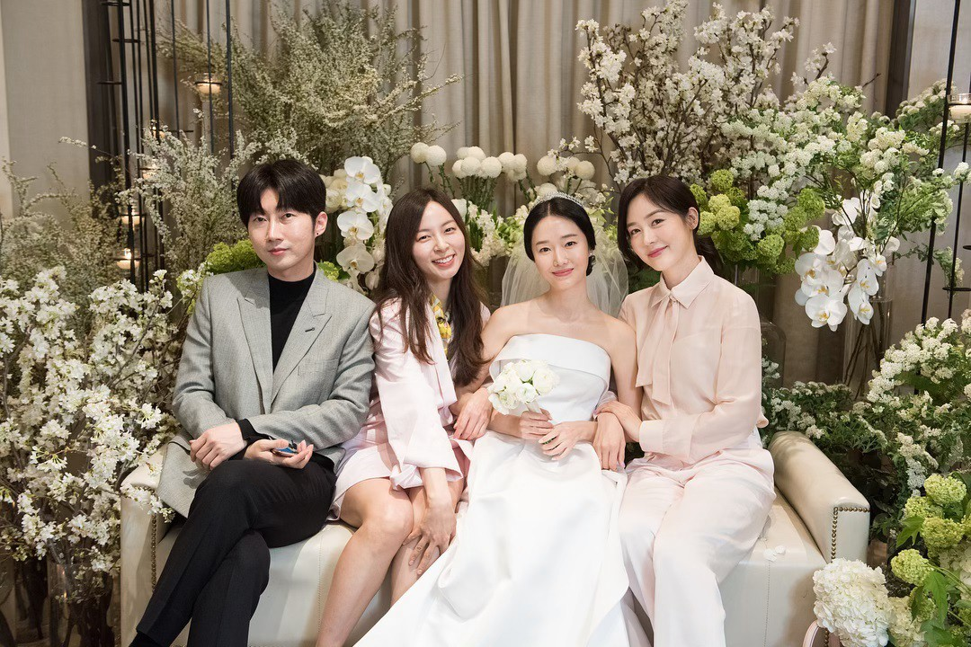 Bộ ảnh hậu trường cưới khủng nhất lịch sử Kbiz: Son Ye Jin và mỹ nhân Vườn sao băng đọ sắc, còn có cả idol nhà YG - Ảnh 2.