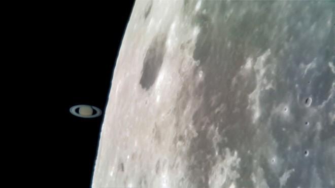 Tin được không: Tấm ảnh Sao Thổ chạm Mặt trăng này được chụp bằng Galaxy S8 gắn kính viễn vọng! - Ảnh 1.