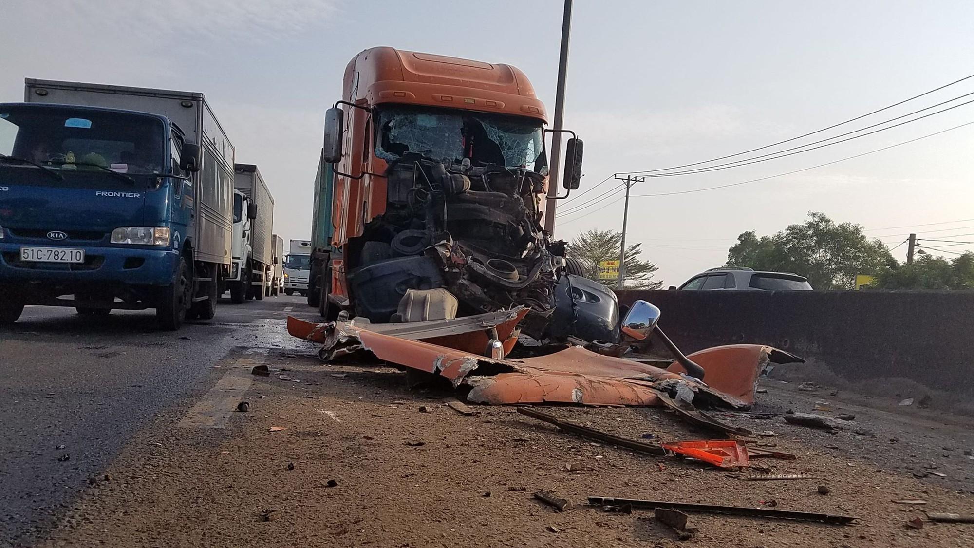 Va chạm liên hoàn, tài xế bị thương, giao thông đường dẫn vào cao tốc TPHCM - Trung Lương ùn ứ kéo dài