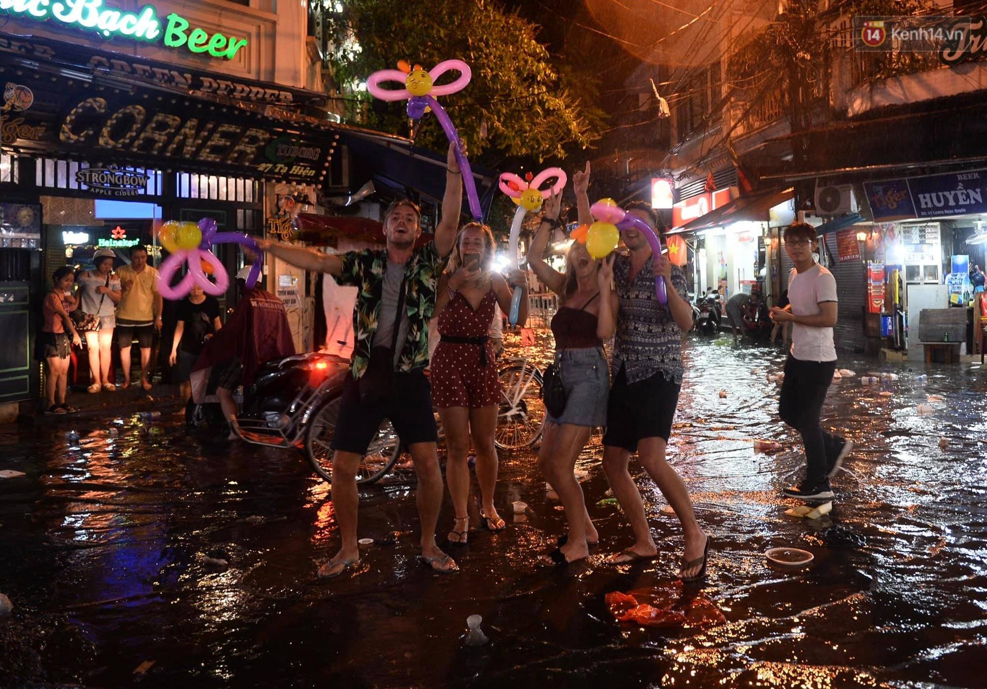 Hà Nội: Phố tây Tạ Hiện - Lương Ngọc Quyến mênh mông nước, nhiều cặp đôi phải cõng nhau di chuyển - Ảnh 14.