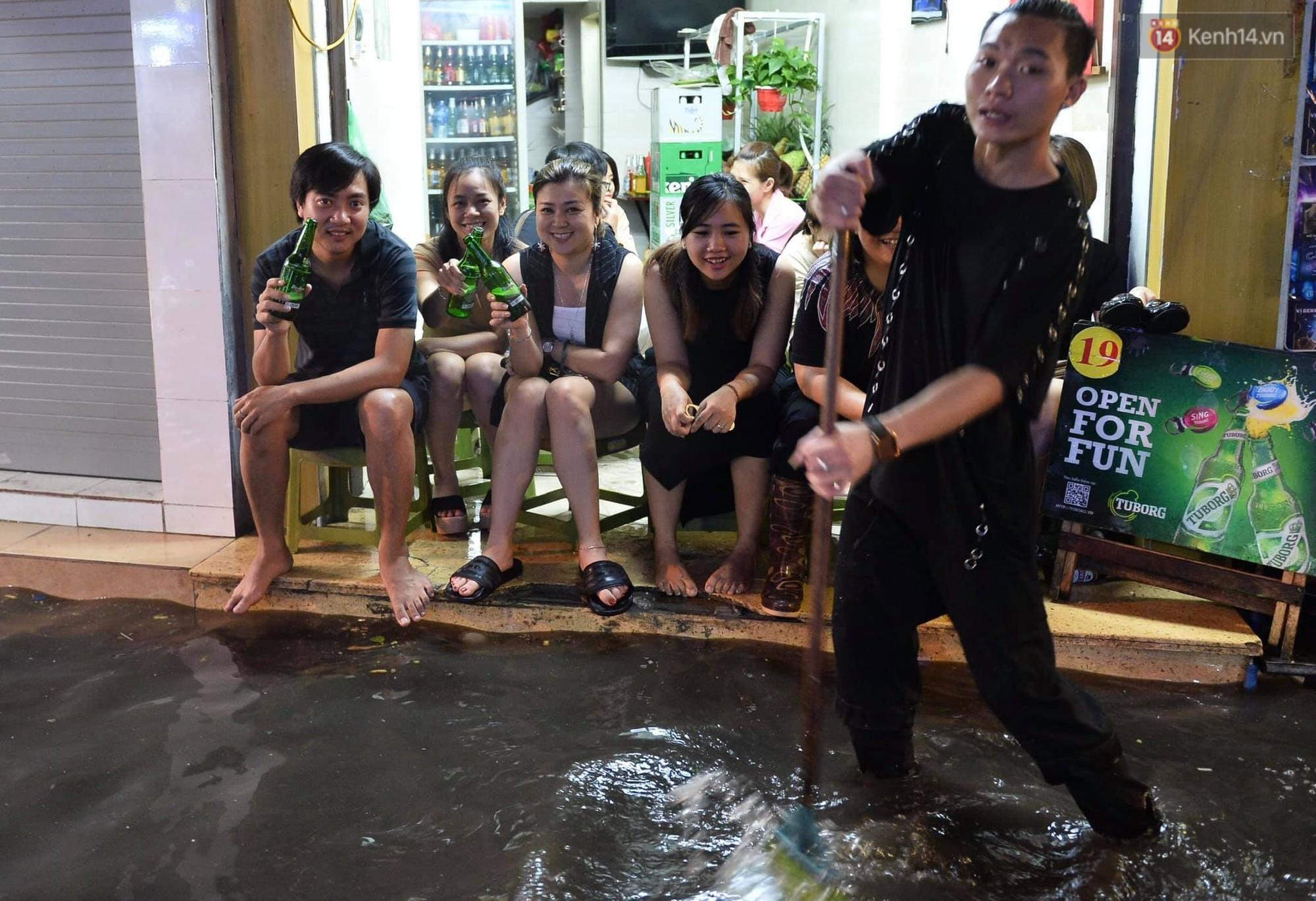 Hà Nội: Phố tây Tạ Hiện - Lương Ngọc Quyến mênh mông nước, nhiều cặp đôi phải cõng nhau di chuyển - Ảnh 7.