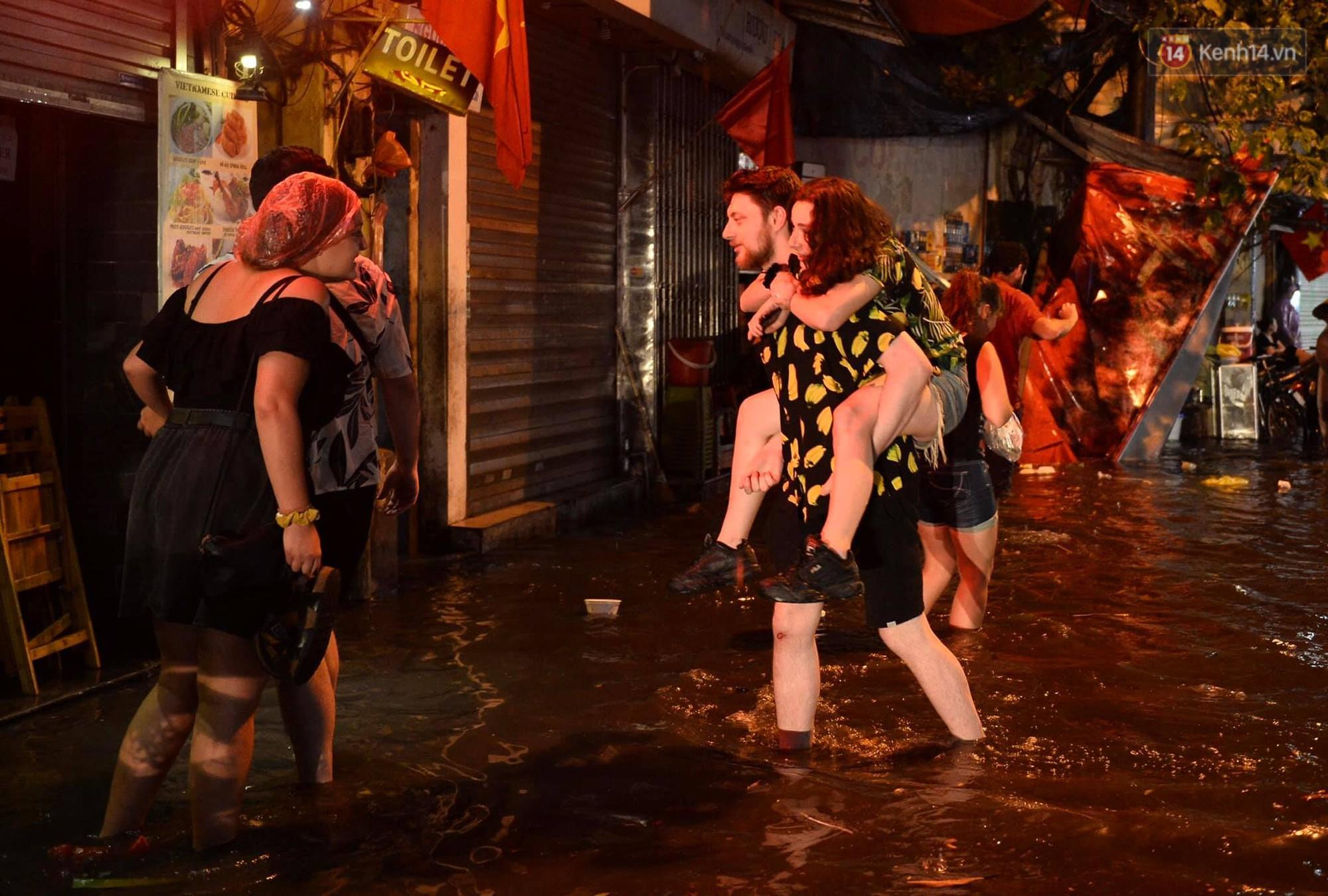 Hà Nội: Phố tây Tạ Hiện - Lương Ngọc Quyến mênh mông nước, nhiều cặp đôi phải cõng nhau di chuyển - Ảnh 4.
