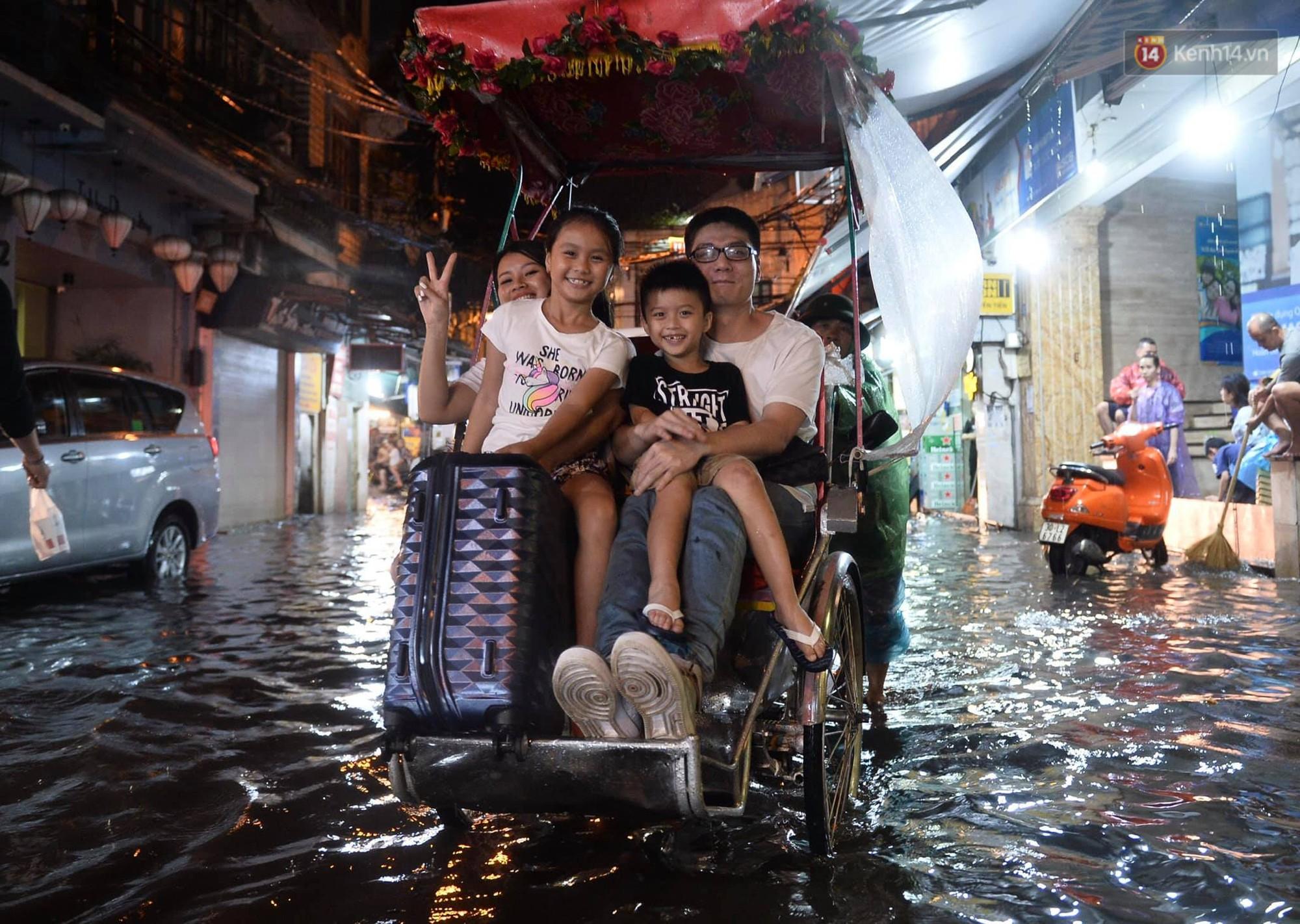 Hà Nội: Phố tây Tạ Hiện - Lương Ngọc Quyến mênh mông nước, nhiều cặp đôi phải cõng nhau di chuyển - Ảnh 9.