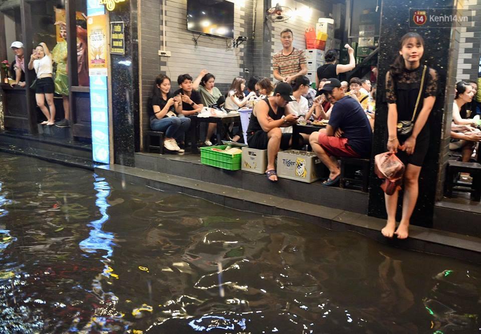 Hà Nội: Phố tây Tạ Hiện - Lương Ngọc Quyến mênh mông nước, nhiều cặp đôi phải cõng nhau di chuyển - Ảnh 6.