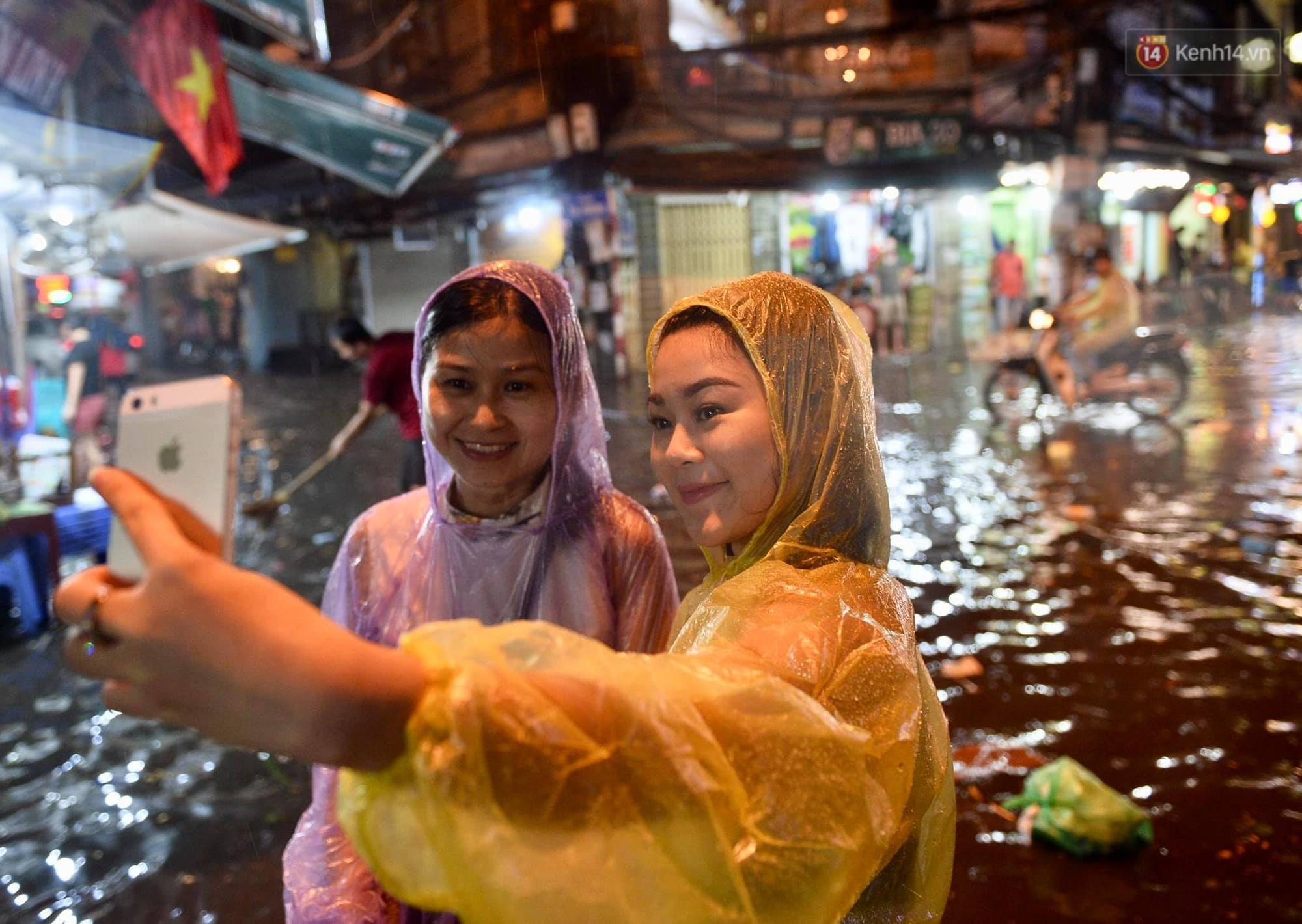 Hà Nội: Phố tây Tạ Hiện - Lương Ngọc Quyến mênh mông nước, nhiều cặp đôi phải cõng nhau di chuyển - Ảnh 15.