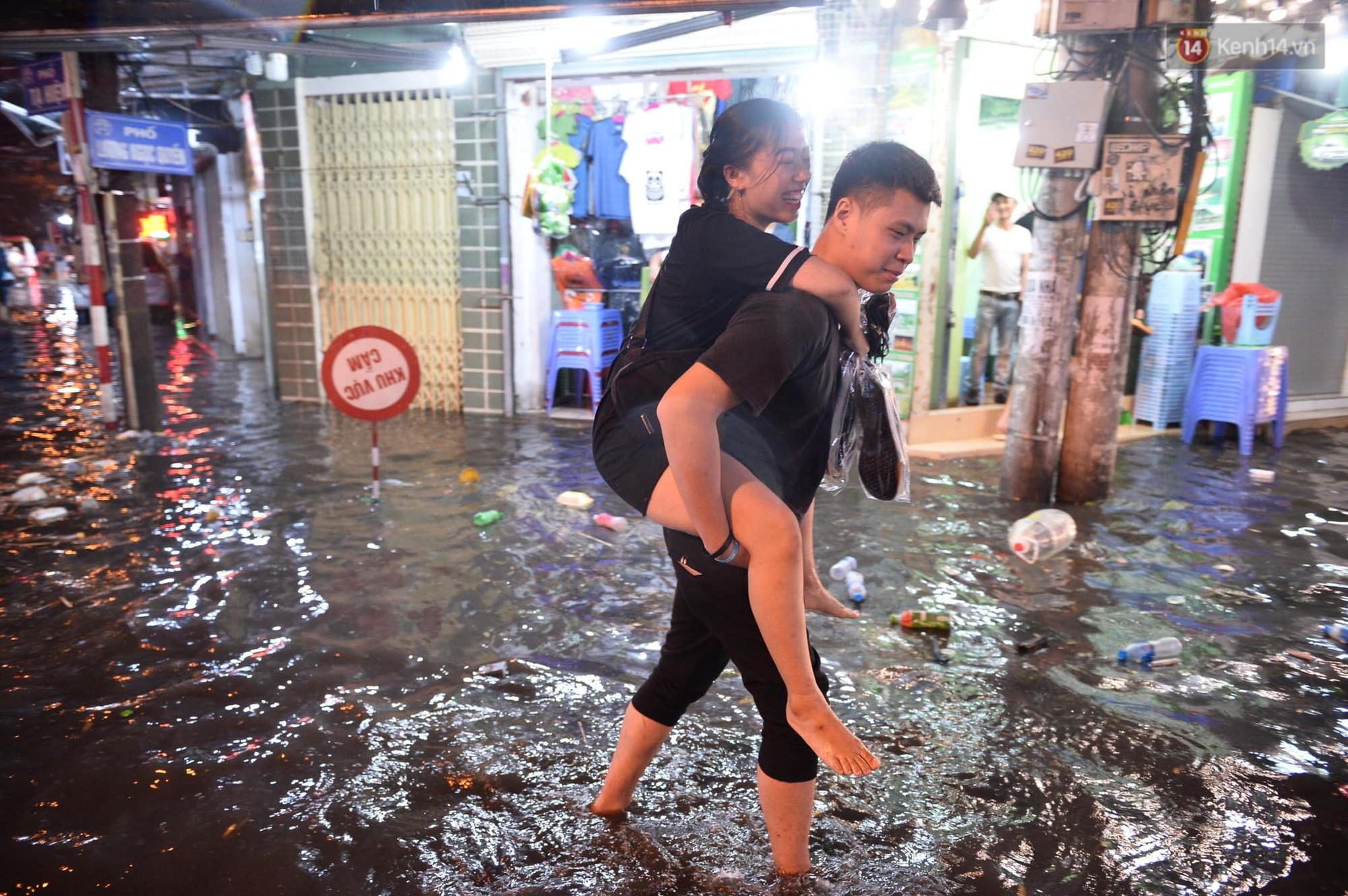 Hà Nội: Phố tây Tạ Hiện - Lương Ngọc Quyến mênh mông nước, nhiều cặp đôi phải cõng nhau di chuyển - Ảnh 8.
