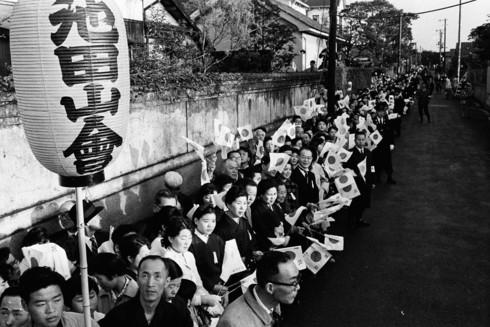Ảnh: Chuyện tình vượt thời gian đáng ngưỡng mộ của Nhật hoàng Akihito - Ảnh 11.
