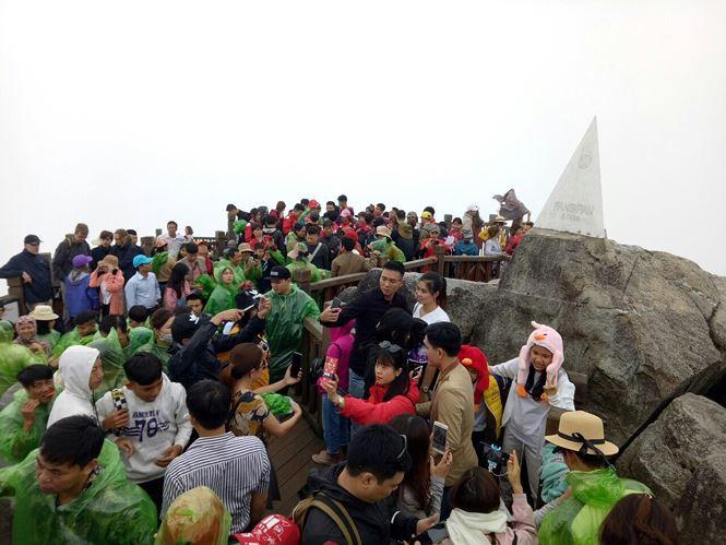 Du khách tiếp tục đổ dồn về Sa Pa tận hưởng tiết trời đông giữa hè - Ảnh 14.