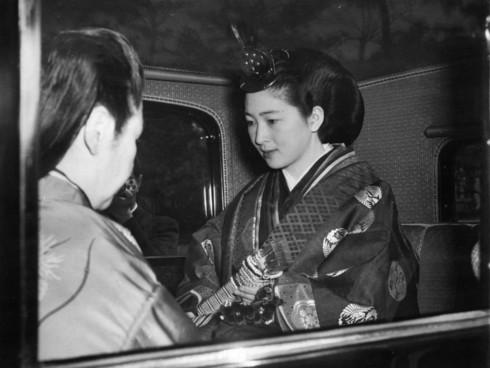 Ảnh: Chuyện tình vượt thời gian đáng ngưỡng mộ của Nhật hoàng Akihito - Ảnh 5.