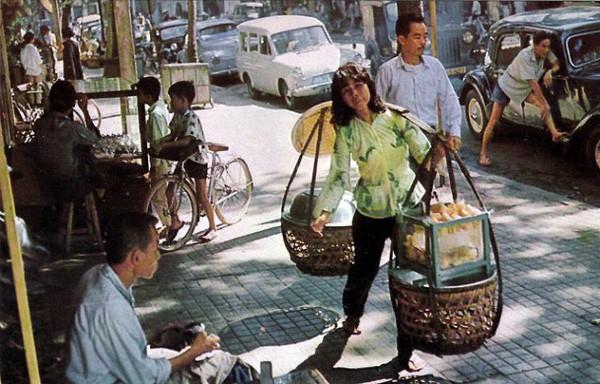 Với tiết trời nóng tới chín thịt ở Sài Gòn lúc này, gặp được xe trái cây cóc ổi mía ghim có thể được xem là một loại duyên phận - Ảnh 2.