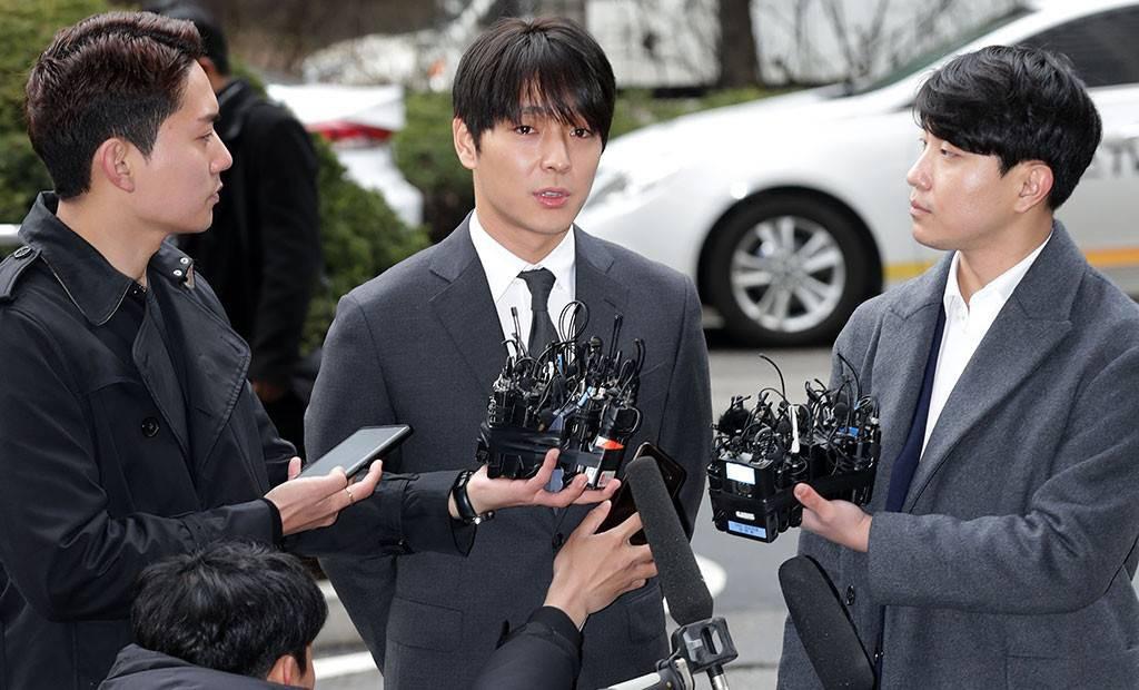 Tin nóng dồn đập: Choi Jong Hoon cuối cùng đã nhận tội, hôn thê tài phiệt của Yoochun bị bắt và trói tay giải về đồn - Ảnh 1.