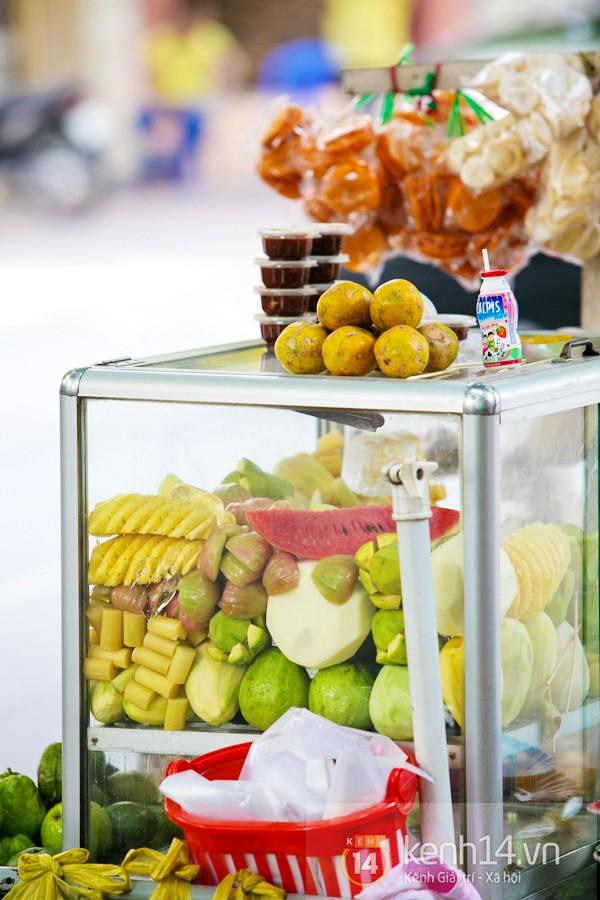 Với tiết trời nóng tới chín thịt ở Sài Gòn lúc này, gặp được xe trái cây cóc ổi mía ghim có thể được xem là một loại duyên phận - Ảnh 1.