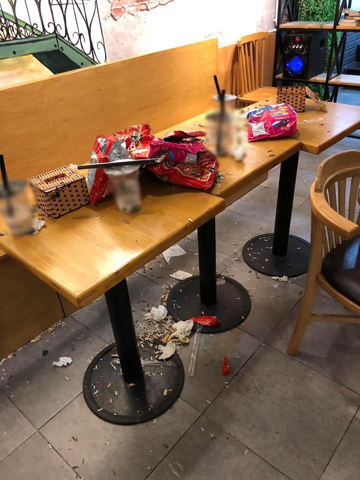 Khách đến rồi đi để lại đống rác nhìn đến ngán ngẩm ở quán trà sữa: Ý thức của các bạn trẻ kém đến vậy sao? - Ảnh 2.