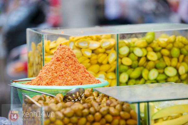 Với tiết trời nóng tới chín thịt ở Sài Gòn lúc này, gặp được xe trái cây cóc ổi mía ghim có thể được xem là một loại duyên phận - Ảnh 4.