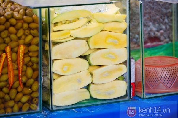 Với tiết trời nóng tới chín thịt ở Sài Gòn lúc này, gặp được xe trái cây cóc ổi mía ghim có thể được xem là một loại duyên phận - Ảnh 3.