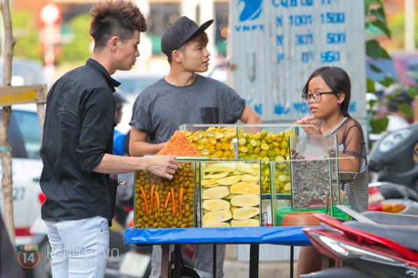 Với tiết trời nóng tới chín thịt ở Sài Gòn lúc này, gặp được xe trái cây cóc ổi mía ghim có thể được xem là một loại duyên phận - Ảnh 5.