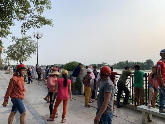 Bơi ra sông Sài Gòn kiếm mồi nhậu, một thanh niên mất tích