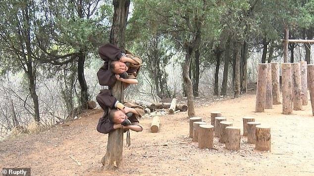 Chú tiểu Thiếu Lâm nén nước mắt chịu đau luyện tuyệt kỹ kungfu