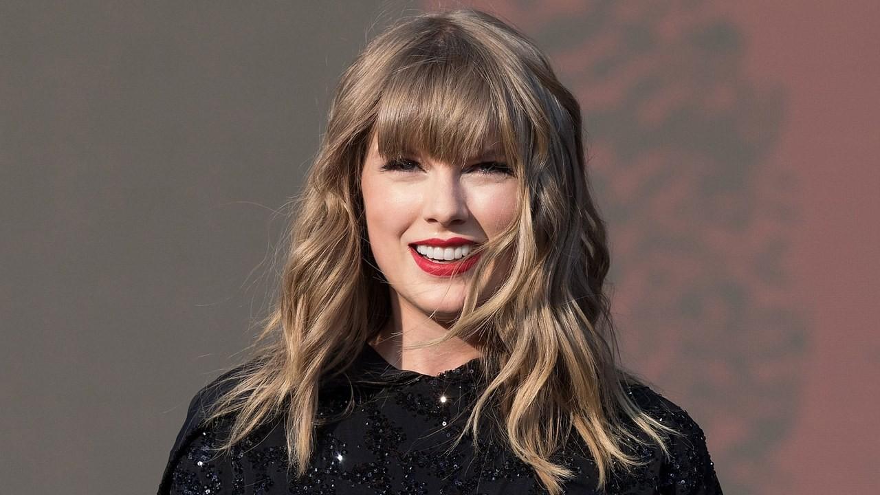 Bình tĩnh như Taylor Swift: Thay vì lo cho ngôi biệt thự bị xe tông nát cửa thì chị đi... comment dạo lời bài hát cái đã
