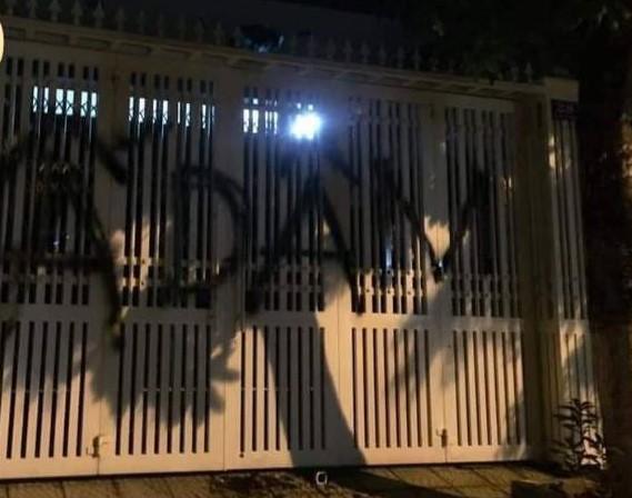 Nhà ông Linh bị khủng bố bằng chất bẩn, xịt sơn sau vụ sàm sỡ bé gái 7 tuổi - Ảnh 1.