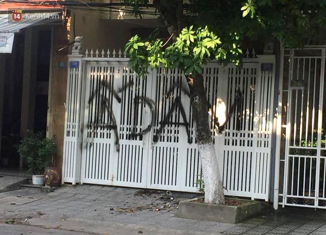 Nhà ông Linh bị khủng bố bằng chất bẩn, xịt sơn sau vụ sàm sỡ bé gái 7 tuổi - Ảnh 2.