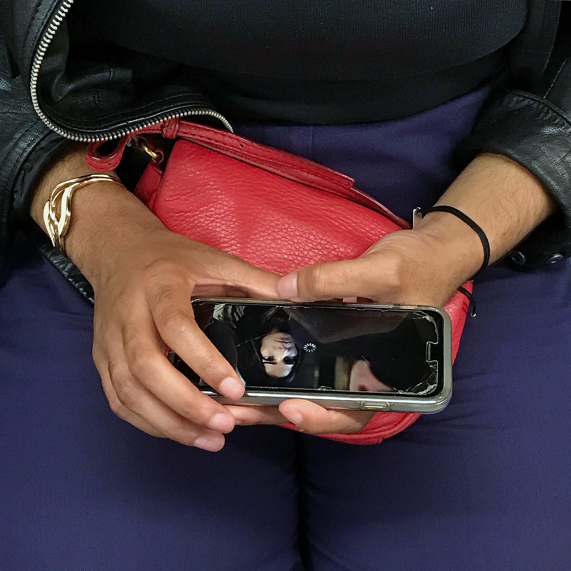 Đây là lý do tại sao chúng ta luôn vô thức nhìn vào màn hình điện thoại người khác - Ảnh 2.