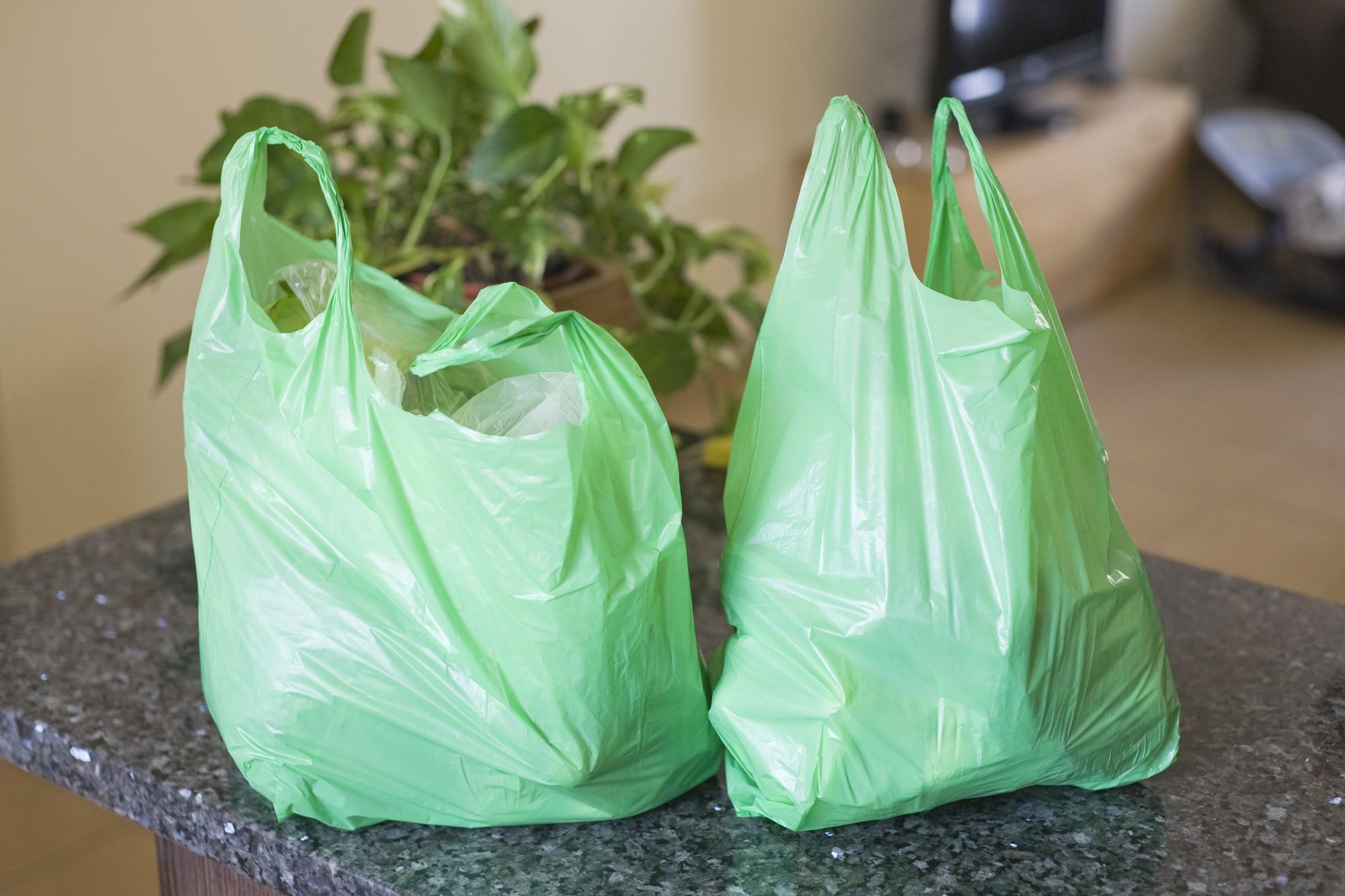 Nghiên cứu thế giới cho biết: túi nhựa, cốc nhựa chất lượng kém chứa 2 loại chất độc hại gây hàng tá bệnh cho con người - Ảnh 1.
