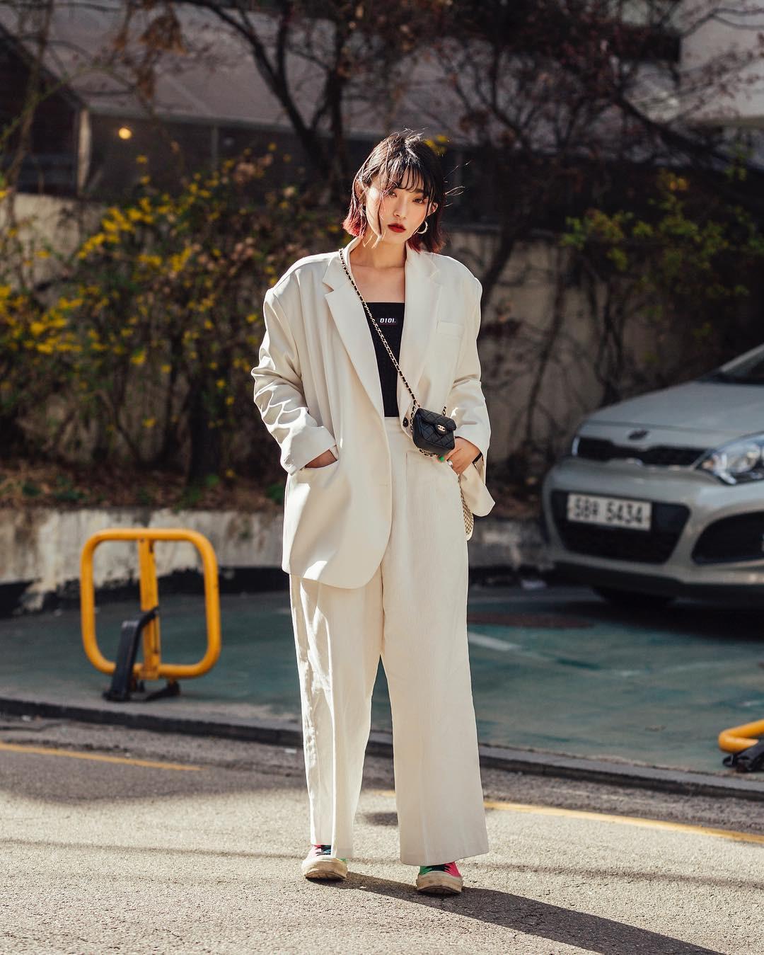 Biker short, suit màu be cùng hàng loạt hot trend bạn cần hóng từ street style của giới trẻ Hàn để lên đồ cho chuẩn mốt - Ảnh 2.