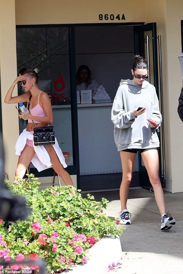 Hailey Baldwin và Kendall Jenner đọ chân dài cực phẩm khi diện quần siêu ngắn cùng đi tập gym - Ảnh 2.