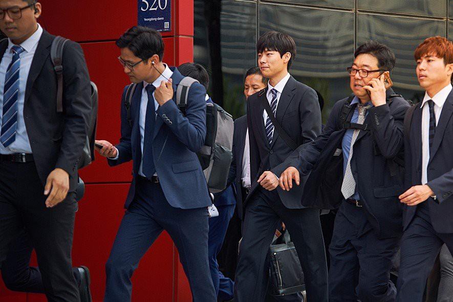 Tiền Đen - Phim gây bão tại Hàn của Anh mặt cún Ryu Jun Yeol đã đổ bộ rạp Việt - Ảnh 2.