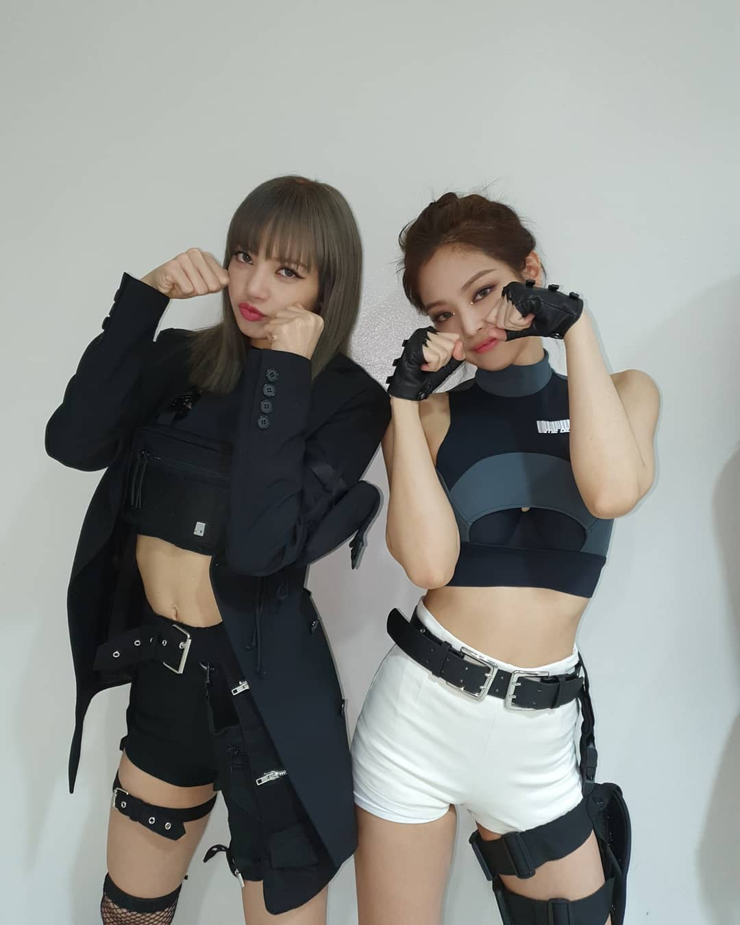 Nhìn Jennie đứng cạnh Lisa này, ai dám bảo Jennie chân to body không chuẩn? - Ảnh 3.