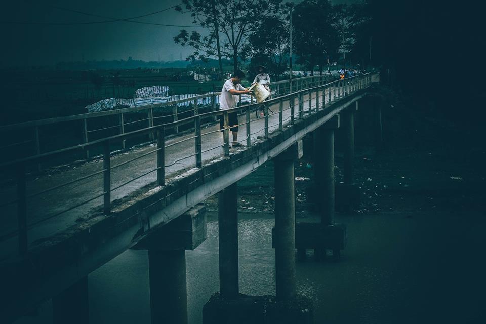 Chuyện đau đầu của Thử thách dọn rác: Bục mặt 4 tiếng dọn sạch chân cầu Xuân Lai, đến chiều người dân lại... vứt rác - Ảnh 7.