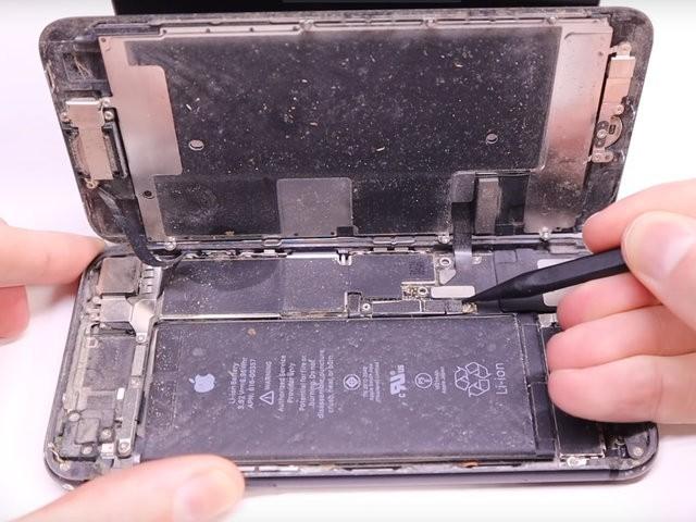 YouTuber mua iPhone 8 đã hỏng với giá 200 USD, sửa xong đẹp không khác gì hàng mới 750 USD - Ảnh 4.