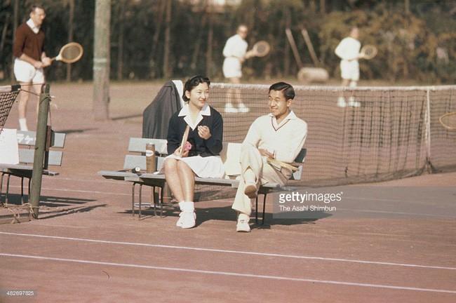 Vua và hoàng hậu Nhật Bản gây bất ngờ khi tản bộ bên ngoài cung điện ngắm hoa anh đào nở nhưng cách ông thể hiện tình cảm với bạn đời 60 năm mới khiến người ta ngưỡng mộ - Ảnh 4.