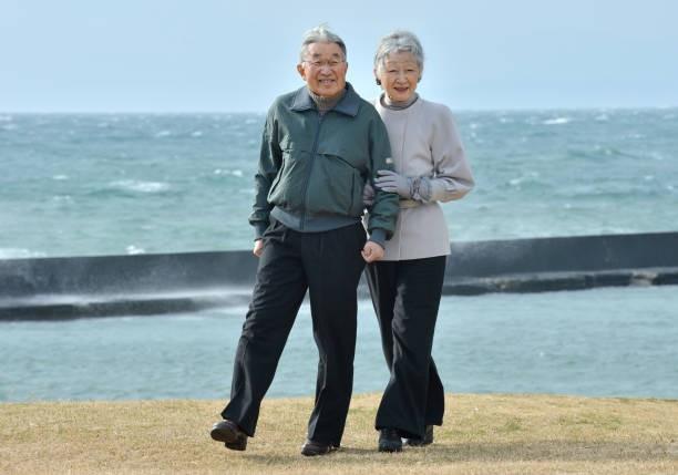 Vua và hoàng hậu Nhật Bản gây bất ngờ khi tản bộ bên ngoài cung điện ngắm hoa anh đào nở nhưng cách ông thể hiện tình cảm với bạn đời 60 năm mới khiến người ta ngưỡng mộ - Ảnh 5.