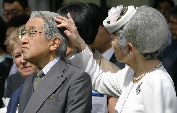 Vua và hoàng hậu Nhật Bản gây bất ngờ khi tản bộ bên ngoài cung điện ngắm hoa anh đào nở nhưng cách ông thể hiện tình cảm với bạn đời 60 năm mới khiến người ta ngưỡng mộ - Ảnh 7.