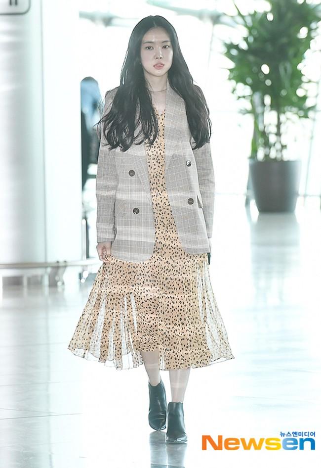 Hè mới ngấp nghé mà Chi Pu và tình tin đồn của Sơn Tùng đã diện street style mát mẻ, khoe ngực gợi cảm - Ảnh 16.