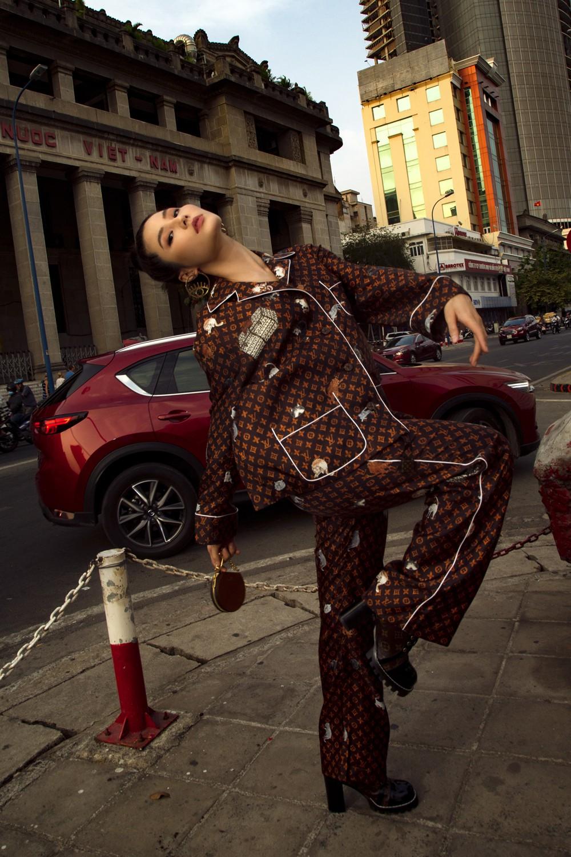 Hè mới ngấp nghé mà Chi Pu và tình tin đồn của Sơn Tùng đã diện street style mát mẻ, khoe ngực gợi cảm - Ảnh 3.