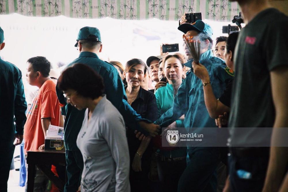 Clip: Trước giờ cử hành tang lễ, bố Anh Vũ thay mặt gia đình gửi lời cám ơn mọi người đã đưa cố nghệ sĩ về đất mẹ - Ảnh 4.