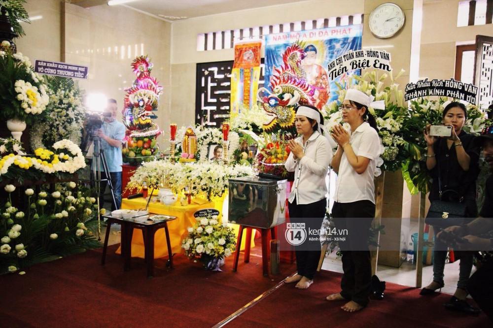 Clip: Trước giờ cử hành tang lễ, bố Anh Vũ thay mặt gia đình gửi lời cám ơn mọi người đã đưa cố nghệ sĩ về đất mẹ - Ảnh 3.