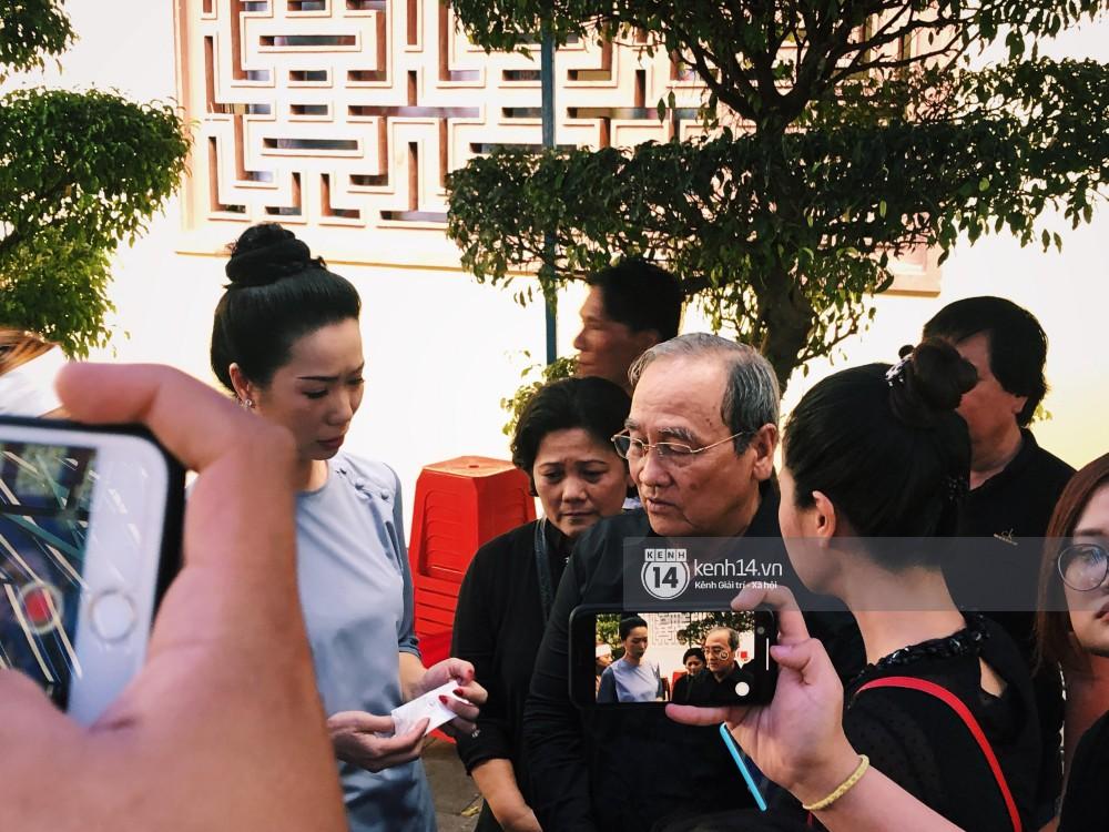 Clip: Trước giờ cử hành tang lễ, bố Anh Vũ thay mặt gia đình gửi lời cám ơn mọi người đã đưa cố nghệ sĩ về đất mẹ - Ảnh 2.