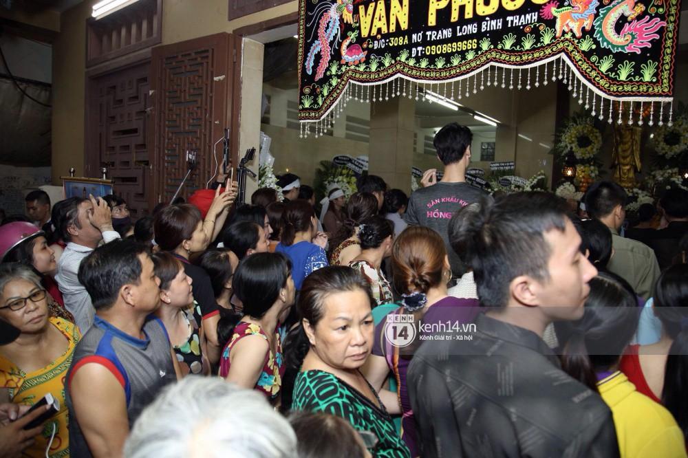 Đám đông vây kín livestream, hiếu kỳ đu bám đòi chụp ảnh cùng nghệ sĩ đến viếng đám tang Anh Vũ - Ảnh 5.