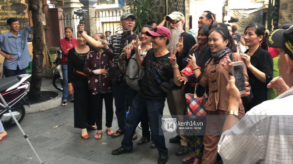 Đám đông vây kín livestream, hiếu kỳ đu bám đòi chụp ảnh cùng nghệ sĩ đến viếng đám tang Anh Vũ - Ảnh 2.